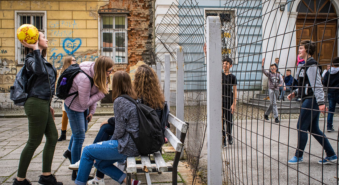Kroatiske elever med katolsk baggrund får undervisning i højre side af skolen, mens eleverne i venstre side primært er muslimer. © Copyright: Laura Boushnak