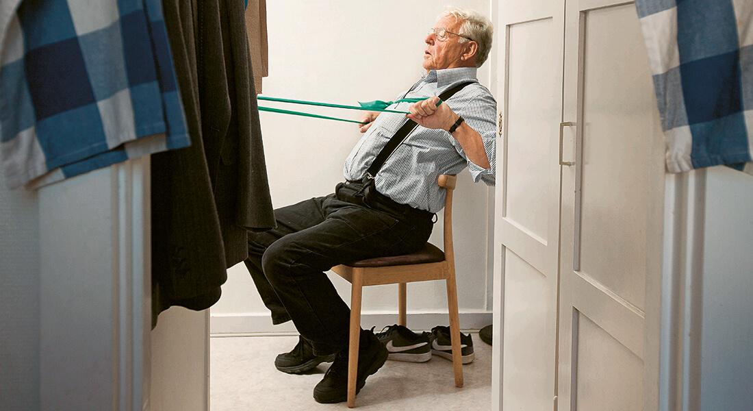 Styrketræningsøvelser med elastik, der kunne udføres derhjemme, var en del af forsøget. Foto: Mikal Schlosser